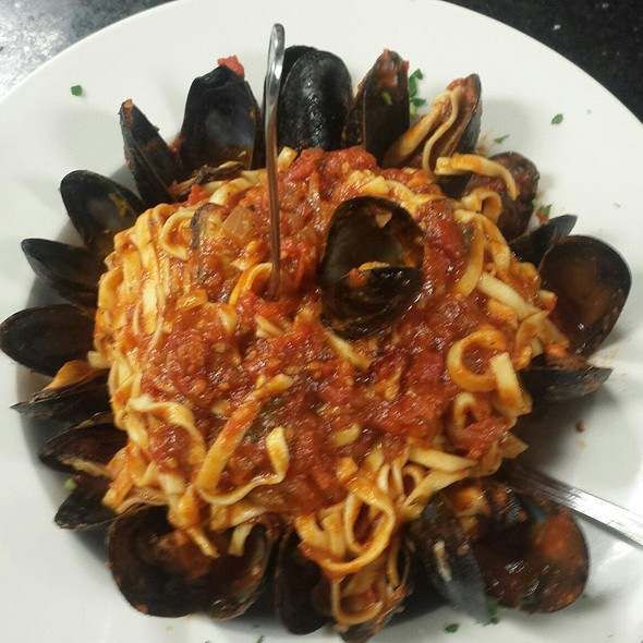 Linguini with Mussels in Red Sauce