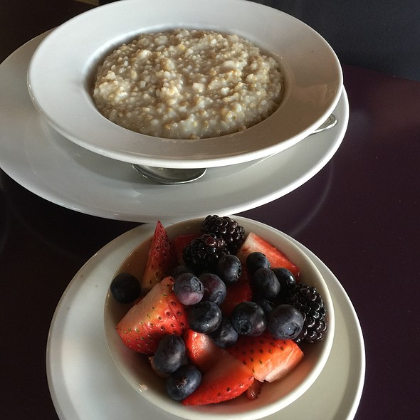 Steel Cut Oatmeal With Berries @ 33rd Street Bistro