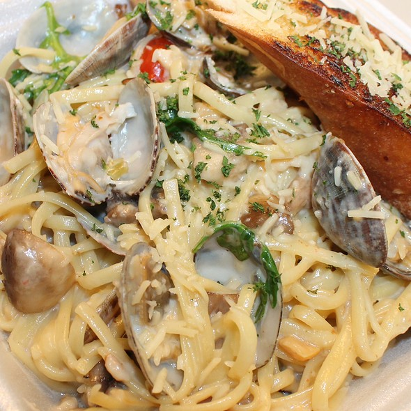 Clam Linguine With Garlic Bread @ Joe's Grill Express