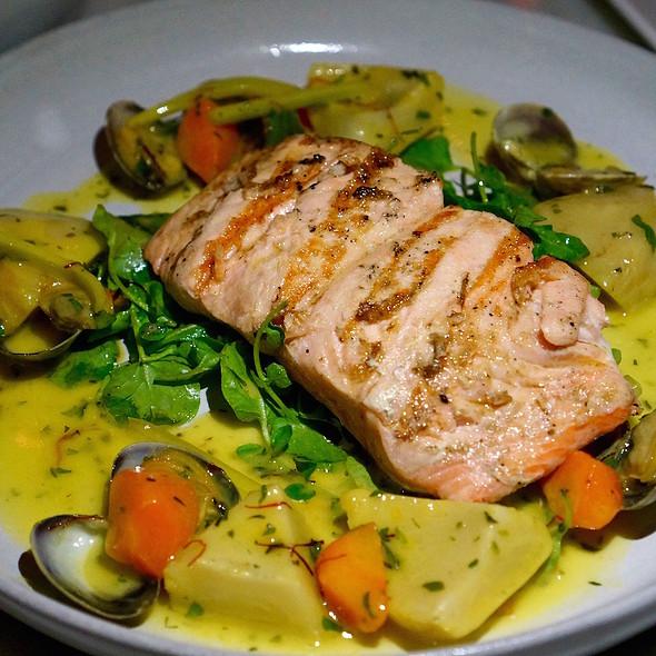 Skuna Bay salmon, artichoke, carrots, clams, arugula barigoule sauce @ Nellcôte