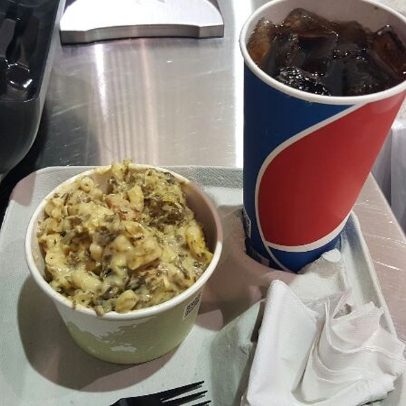 Chicken and Artichoke Mac and Cheese @ New Orleans Arena