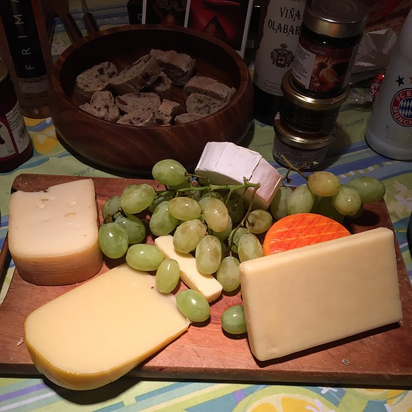 Cheese Plate With Olive Bread