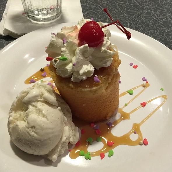 50'S Pineapple Upsidedown Cake @ Disney's 50's Prime Time Café