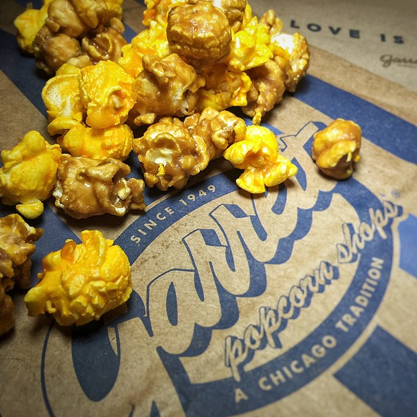 Chicago Mix Popcorn @ Garrett Popcorn Shops (Chicago O'Hare International Airport Terminal 3)
