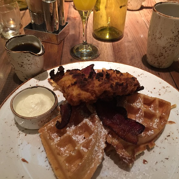 Chicken & Waffles @ Della's Kitchen