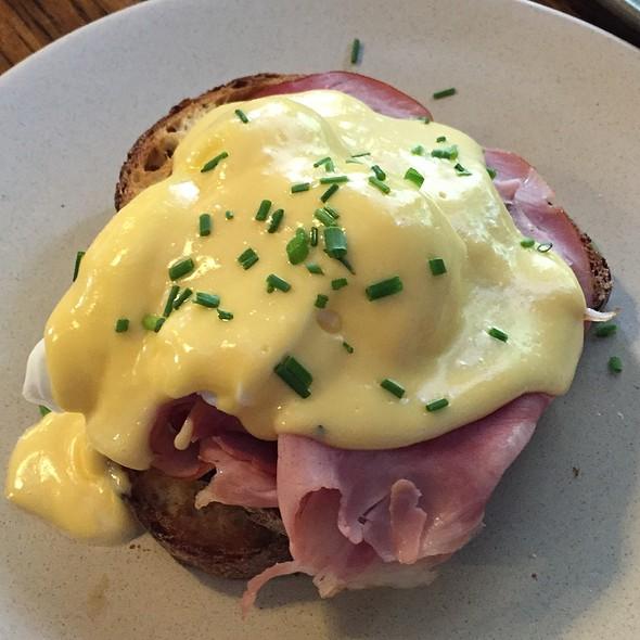 Eggs Benedict @ Double Roasters