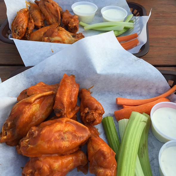 Buffalo Wings @ Stan's Lakeview Draft House