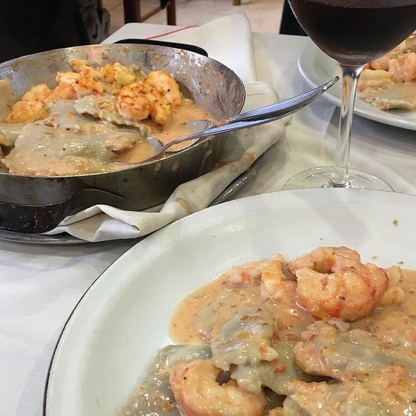 Rabioles Negros Con Salmon Rosado Y Camarones