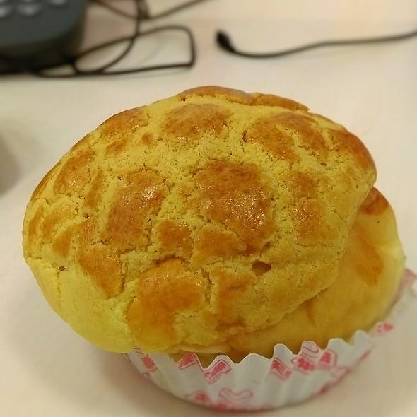 菠蘿包 Baked Custard Bun (Pineapple Bun) @ 天樂烘焙 Tin Lok Bakery