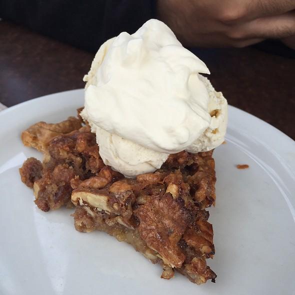 Walnut Pie With Icecream