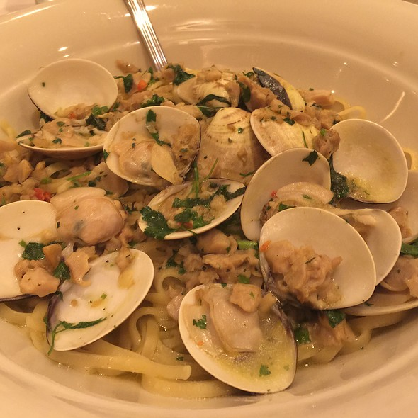 Linguine And Clams With White Clam Sauce @ Maggiano's Little Italy
