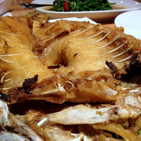 Seabass with signature aromatic fish sauce @ แหลมเจริญ ซีฟู้ด (Laem Cha-Reon Seafood)