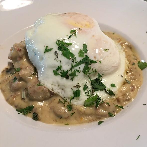 Biscuits & Gravy (added a Sunny Side Up Egg) @ Skillet Diner