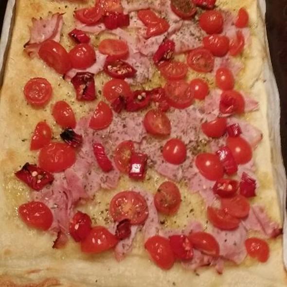 Focaccia Con Prosciutto Cotto, Pomodorini E Peperoncini @ Gens Germana Feritate Ferocior Domus