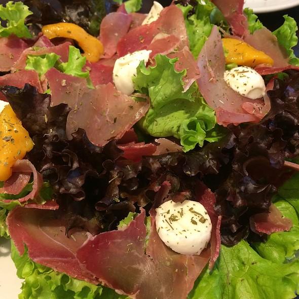 Salada Verde Com Presunto De Parma E Empada De Frango @ Café Baroni