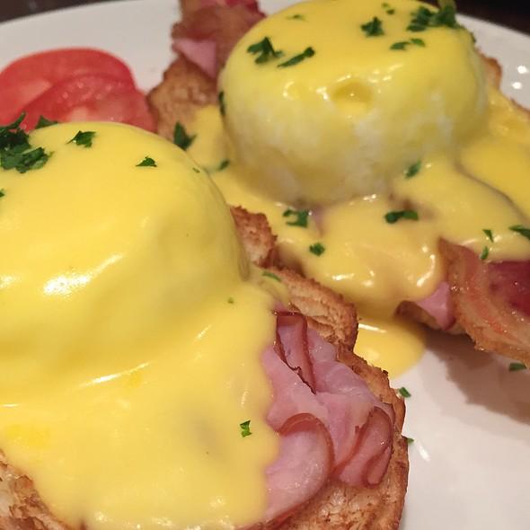Parisian Eggs Benedict @ La Madeleine
