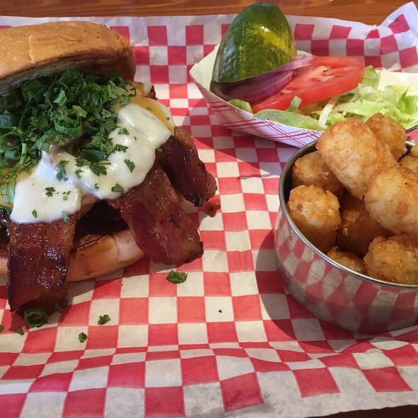 Maui Wauwi With Tater Tots @ The Porch