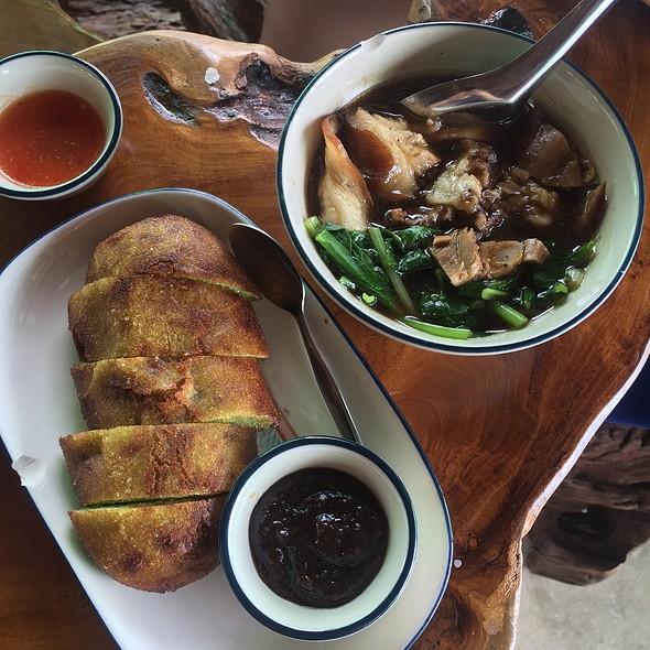 Braised Pork Shank With Mantou