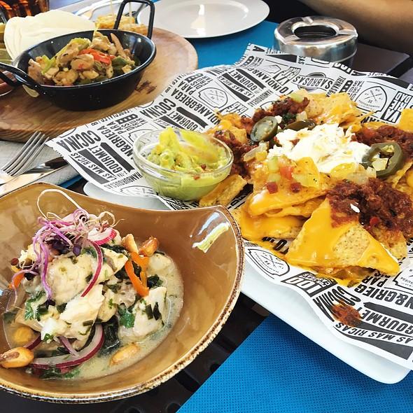 Ceviche De Pescado Blanco, Nachos Juanita Y Tacos De Pollo