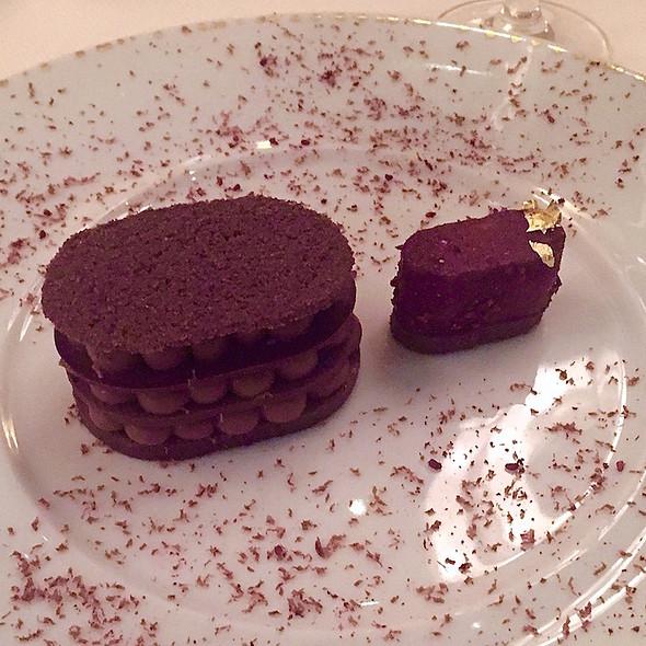 Illanka – Pervuian dark chocolate-espelette crémeux, cocoa molleux, blackberry-orange blossom sorbet