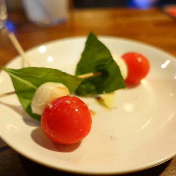 トマトベリーのスティックカプレーゼ @ URAWA PUBLIC HOUSE beber