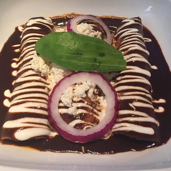 Enchiladas De Pollo Con Mole De Piaxtla