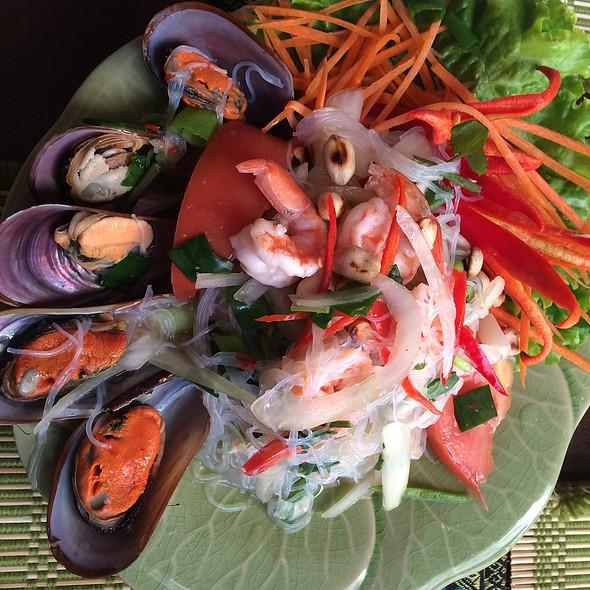 Yam Talay (spicey seafood salad)
