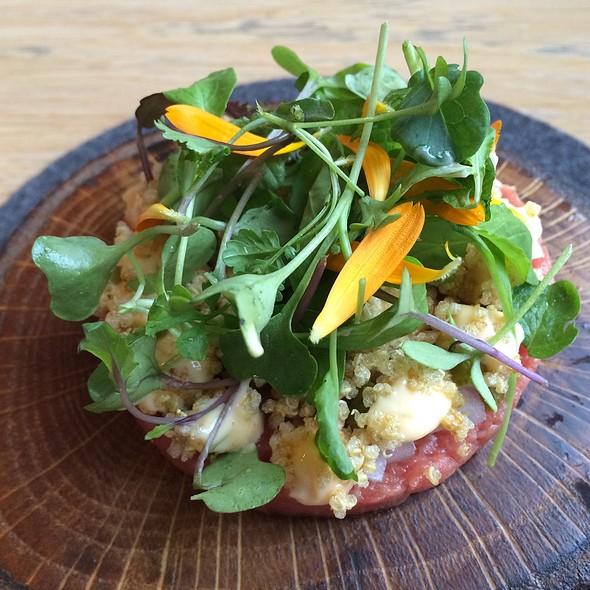 Beef tartar, gherkins, onion, quinoa and fermented vegetables @ Restaurant Perceel