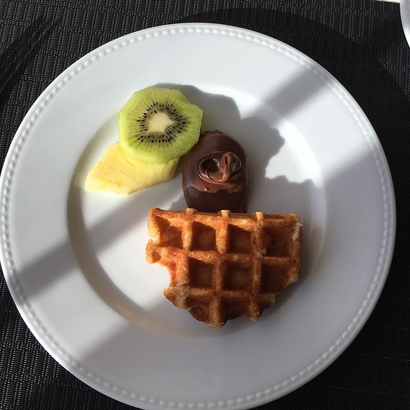 Waffle With Fruit And Nutella