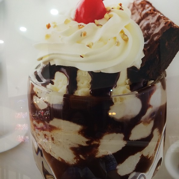 Hot Brownie With Vanilla Bean Icecream @ Chirardelli