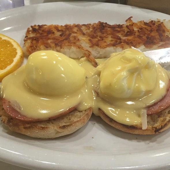 Egg Benedict @ Lori's Diner