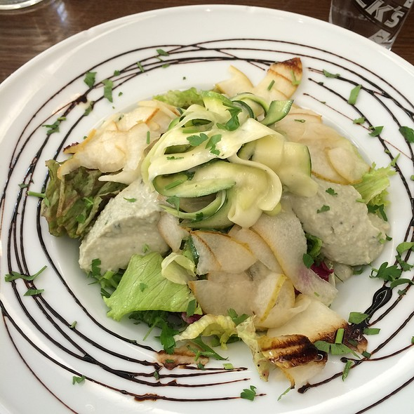 Salad With Gorgonzola Cream, Pears And Zucchini