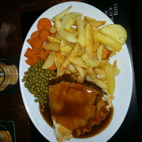 Minced Beef & Onion Pie With Homemade Chips, Carrots & Peas