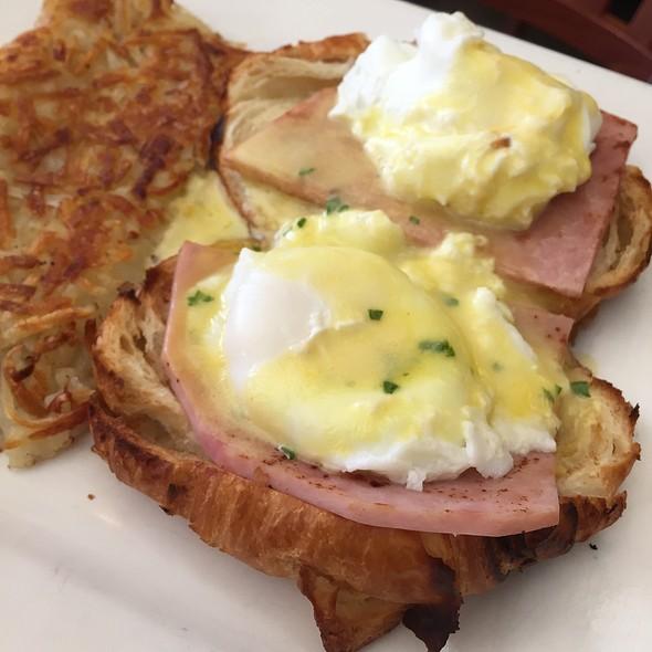 Eggs Benedict @ Cafe La Tartine
