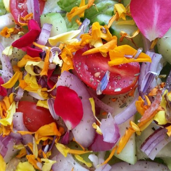 Green Salad With Edible Flowers @ STaZiI's Place (Home Sweet Home)
