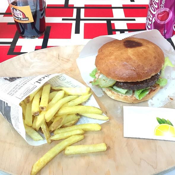 Old Fashioned Nashville Burger With Züri Fries