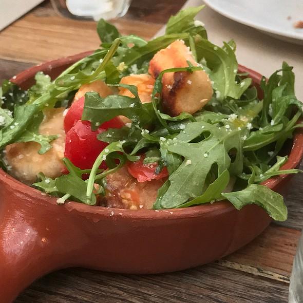 Salad (Rocket, Parmesan, Tomatoes, Pizza Dough Croutons)