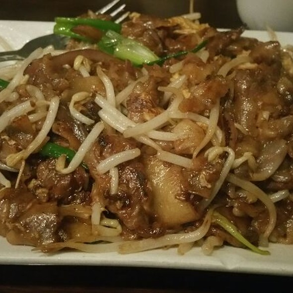 Beef Chow Fun, stir-fried flat noodles with beef, scallion, been sprouts & egg in a special sauce @ Penang