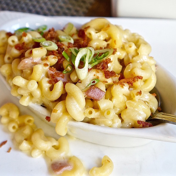 Mac & cheese, country ham, aged smoked gouda, ham dust, green onion