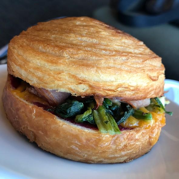 蔓越莓菠菜雞肉可頌堡  Turkey & Spinach Croissant Bun With Cranberry Sauce @ Starbucks Coffee 彰化中山門市