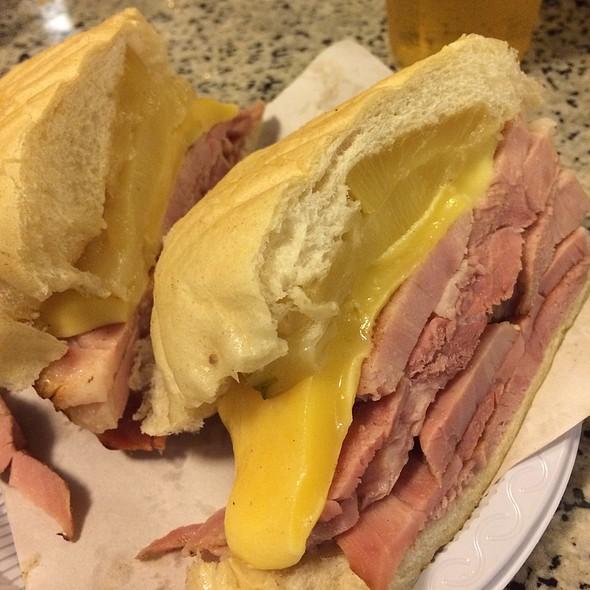 Sanduiche De Tender Com Abacaxi E Queijo! @ Cervantes