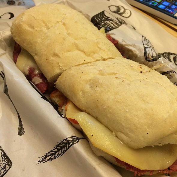 Sanduíche De Pão Ciabatta, Picanha Defumada E Queijo Gorgonzola
