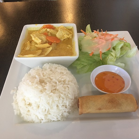 Yellow Curry With Chicken Lunch Special @ Salathai Restaurant