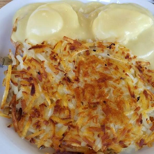 Eggs Benedict @ 1800 Cafe