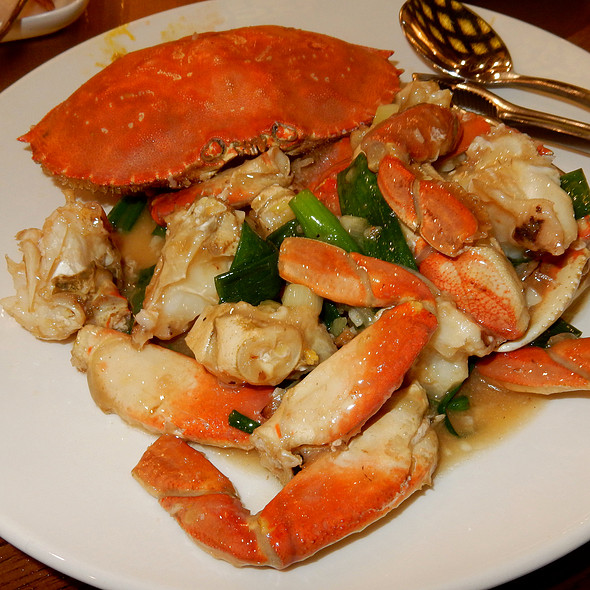 Garlic Roasted Whole Dungeness Crab @ 粵煌 Yue Huang