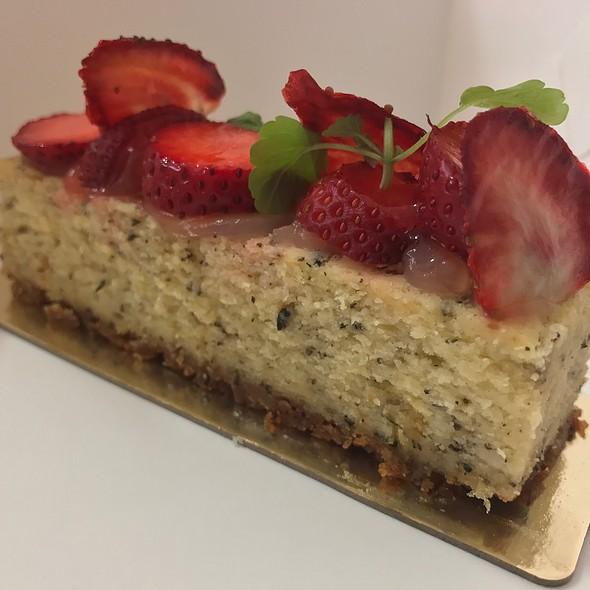 Strawberries 'N' Cheesecake (Lemon Tea Cheesecake, Vanilla Biscuit Base, Fresh Strawberry, Strawberry Chips, Ginger Gel)