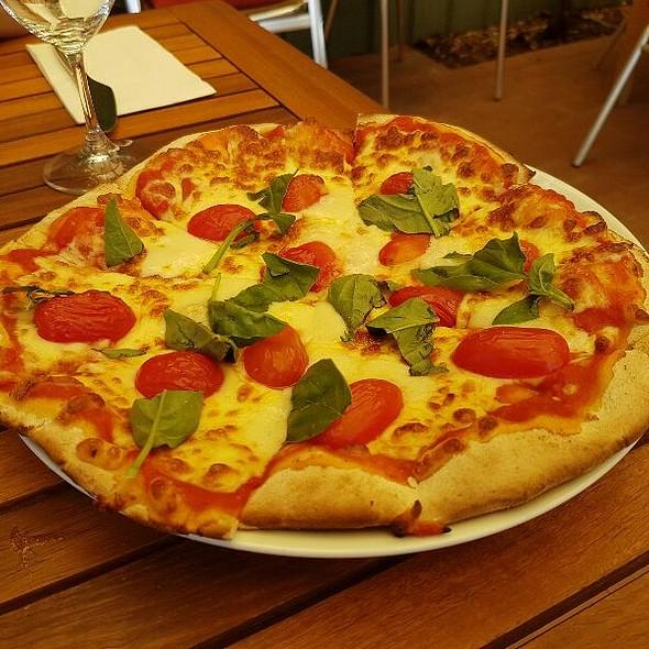Margerita Pizza @ Di Lusso Estate