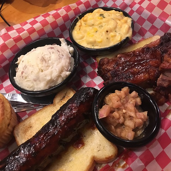Hot Link & Brisket With Mashed Potatoes & Mac & Cheese @ Famous Dave's