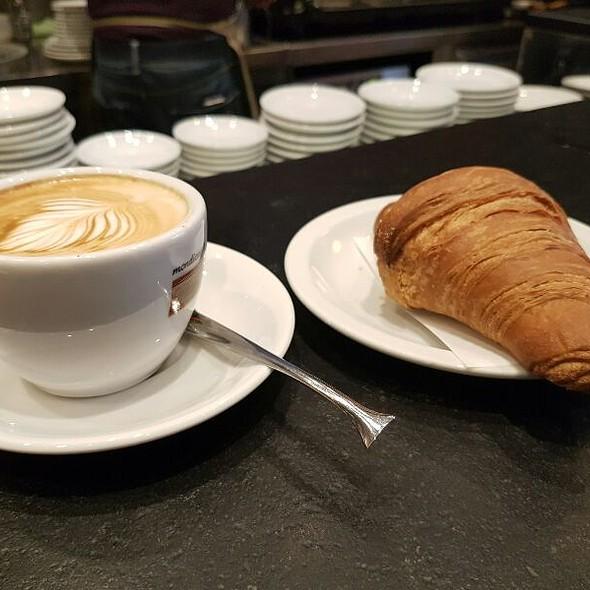Cappuccino e Cornetto Vegano @ Frescobaldi Wine Bar