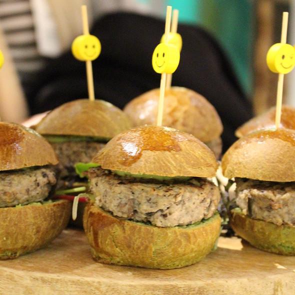 Mini Burger, calf 50%, 25% chickpea and 25% portobello, on a brioche of wheatgrass @ Google Nederland